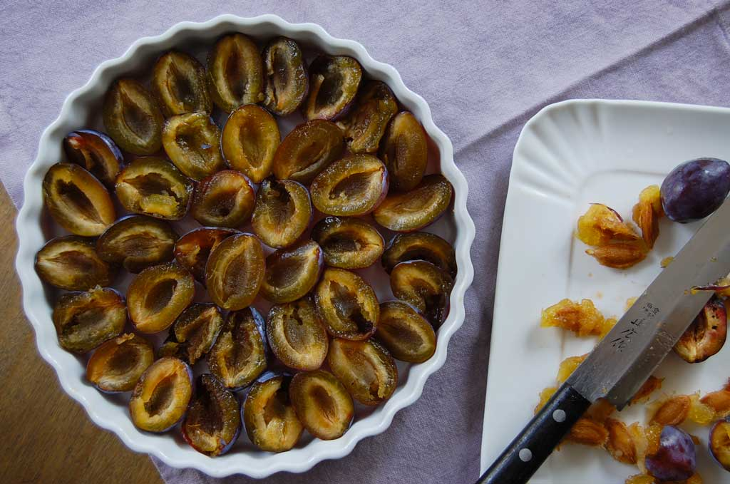 prugne stanley nella tortiera per plum crumble